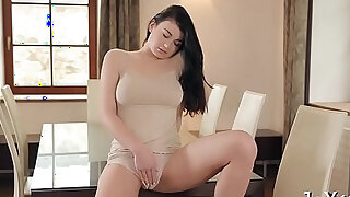Solo beauty rubs pussy thoroughly - Brazzers porno