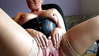 Short Haired amateur MILF Spreading and Masturbating her wet Pussy on Webcam - Brazzers porno
