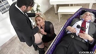Cute blonde chick blows her husband - Brazzers porno